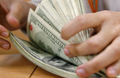 BAR01 BANGKOK (TAILANDIA) 09.03.07.: Una trabajadora de una oficina de cambio de moneda cuenta un fajo de d-lares norteamericanos en Bangkok, Tailandia, hoy viernes 9 de marzo. El Bhat tailand s subi- su cotizaci-n hasta los 35,13 por d-lar estadounidense, un aumento provocado por la masiva venta de d-lares a los exportadores ayer. Este dato marca un nuevo reto para el reci n nombrado ministro de Econom a, Chulongphob Sussangkarn, de quien se espera que revise y suavice los duros controles del pa s. EFE/Barbara Walton