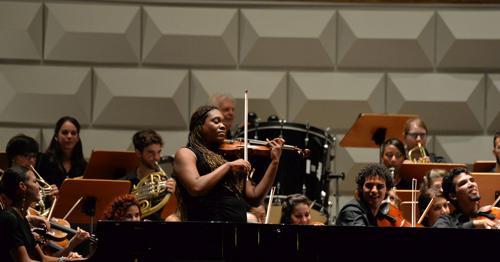 A violinista cubana Jenny Peña Campo com a orquestra jovem Academia Cubano-Europeia, no Festival de Música de Rheingau, Alemanha (foto Ansgar Klostermann)